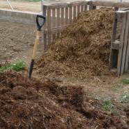 Aprendemos a preparar el suelo en los huertos de ocio de Huertos del Túria